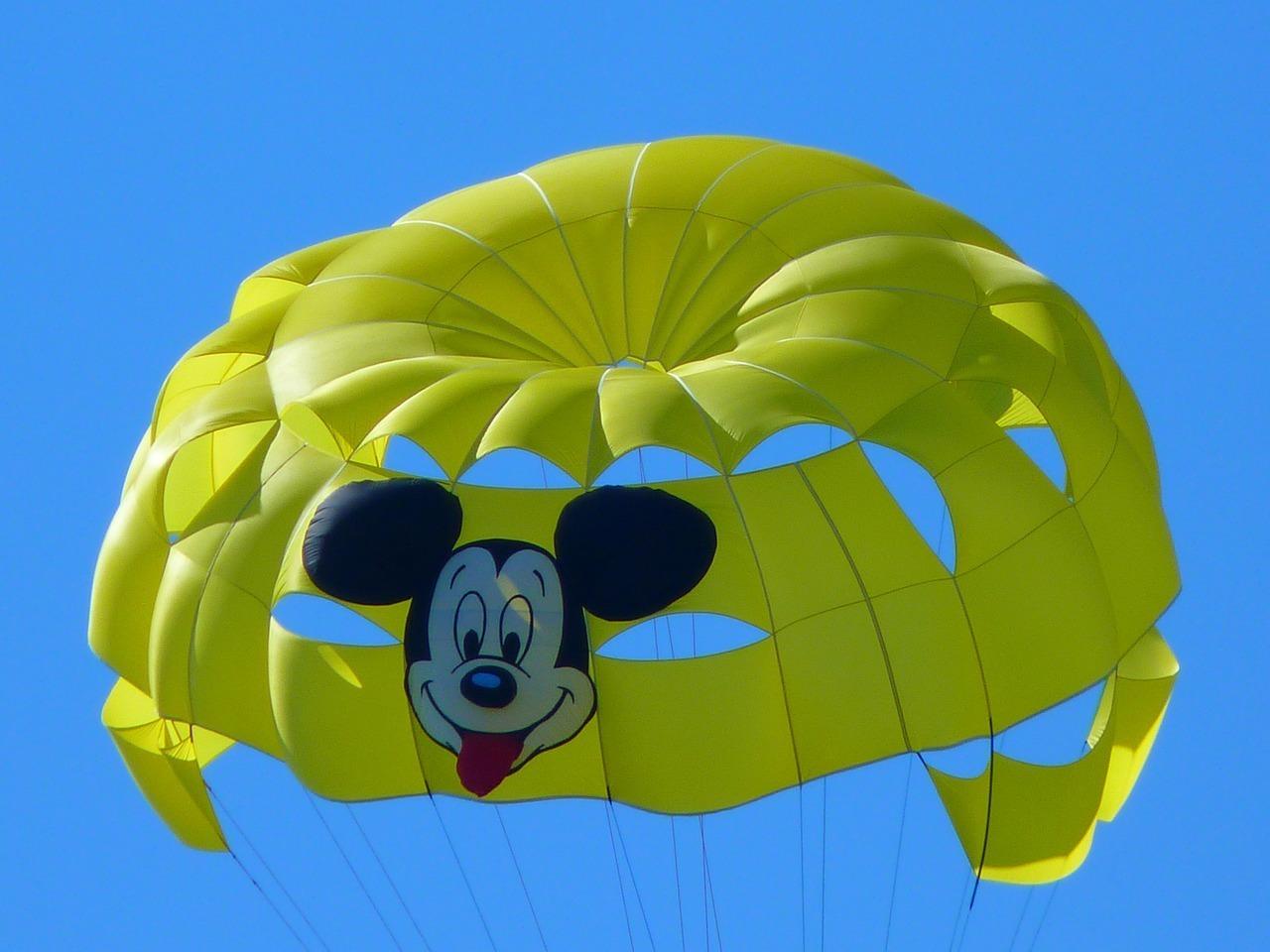 parasailing-15051_1280.jpg